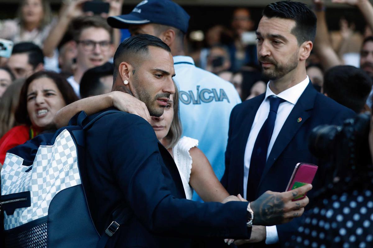 Photo of Jogadores da seleção retribuíram carinho dos adeptos na chegada a Portugal