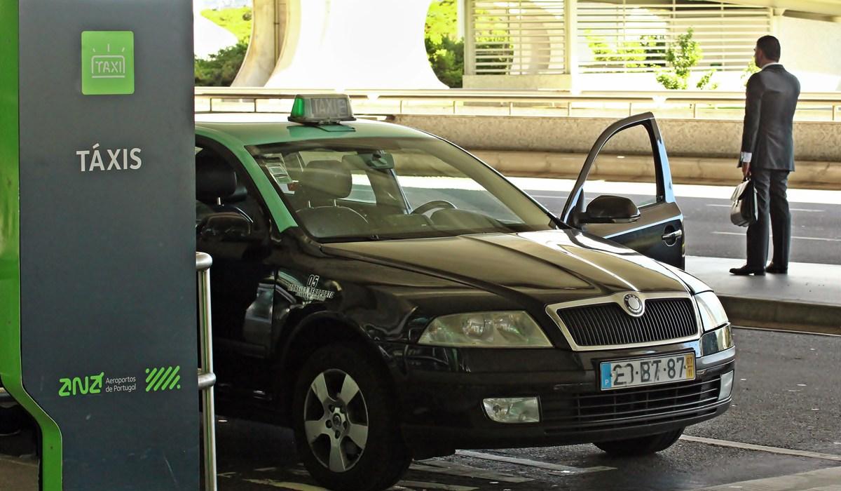 """Photo of Taxistas com carros parados contra lei """"desigual"""" que regulará Uber e Cabify"""