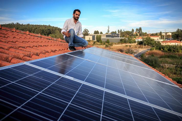 Photo of Painéis solares no escuro após o fim de incentivos