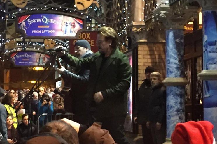 Photo of Bono deu concerto de rua para ajudar sem-abrigo de Dublin