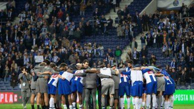 Photo of Jogadores do F. C. Porto celebram no balneário após vitória frente à Roma