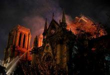 Photo of Multidão emocionada canta enquanto vê Notre-Dame em chamas