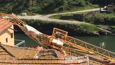Photo of Grua cai no Porto em cima de sete habitações