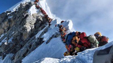 Photo of Fila para chegar ao topo do Evereste bate recorde e causa dois mortos