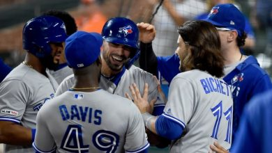 Photo of Blue Jays hold on for wild win over Orioles, but Guerrero Jr. leaves with injury