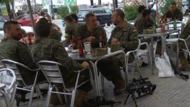 Photo of Militares deixam armas no chão enquanto bebem cerveja em esplanada