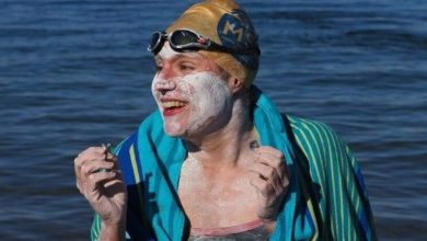 Photo of Sobrevivente de cancro atravessa o canal da mancha a nado quatro vezes sem parar