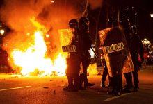 Photo of Segundo dia de protestos violentos na Catalunha obriga a cargas policiais