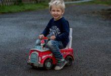 Photo of Menino fez-se à estrada com camião de brincar para pedir ajuda para o pai