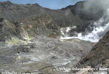 Photo of Um minuto e um grupo de pessoas separam estas imagens do vulcão Whakaari