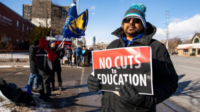 Photo of Ontario elementary teachers kick off week of rotating strikes as dispute continues