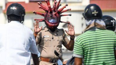 Photo of Polícia usa capacete com forma do vírus para alertar para a Covid-19