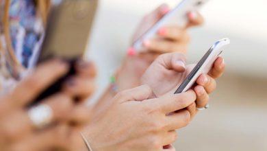 Photo of Tocamos no telemóvel mais de 2000 vezes por dia. DGS ensina como desinfetá-los