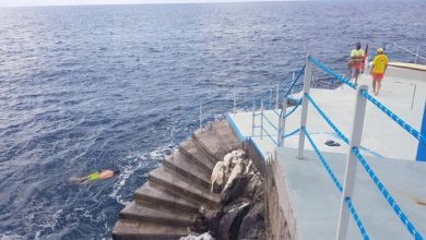 Photo of Banhistas saúdam regresso ao mar no Funchal após dois meses de confinamento