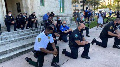 """Photo of Polícias de joelhos """"em memória de George Floyd"""" e contra a """"brutalidade"""" dos colegas"""