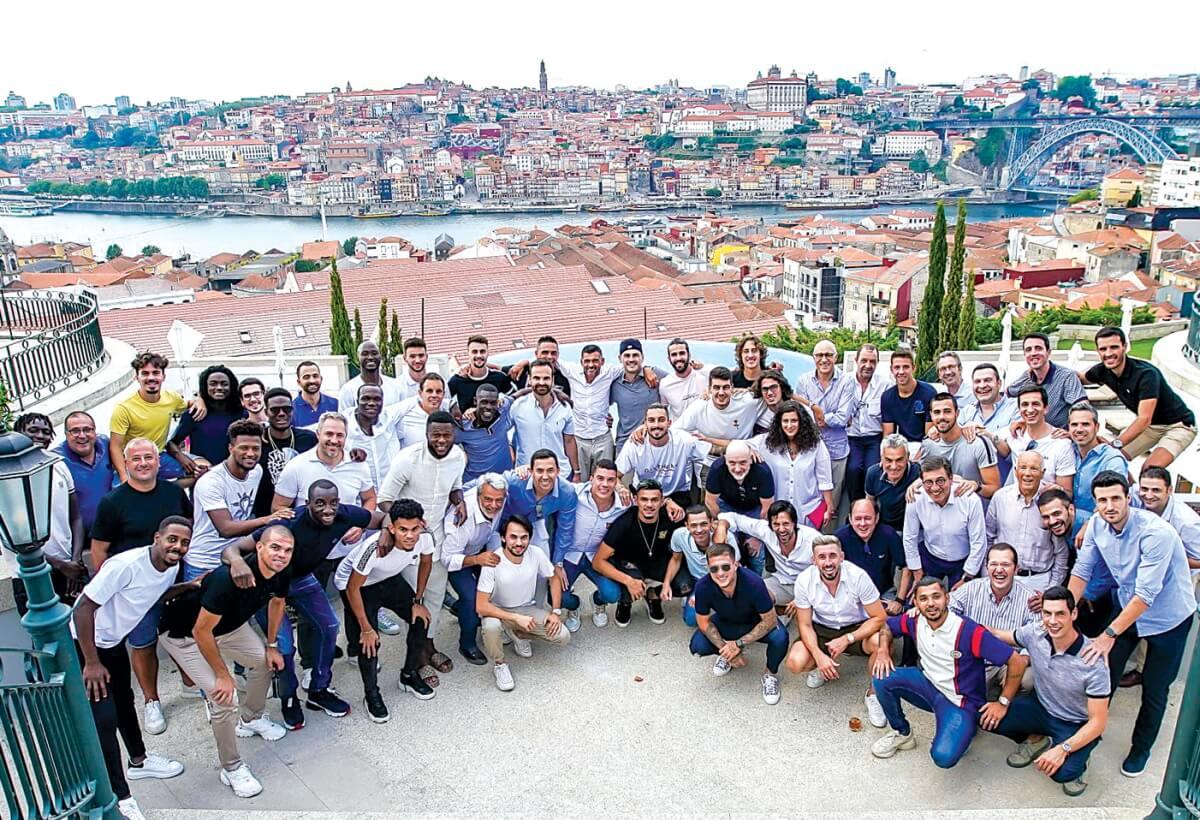 Plantel do F. C. Porto oferece medalha de campeão a Casillas - milenio stadium - porto