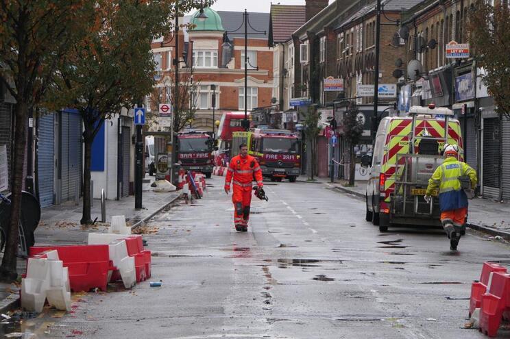 Dois mortos em explosão que destruiu prédio em Londres