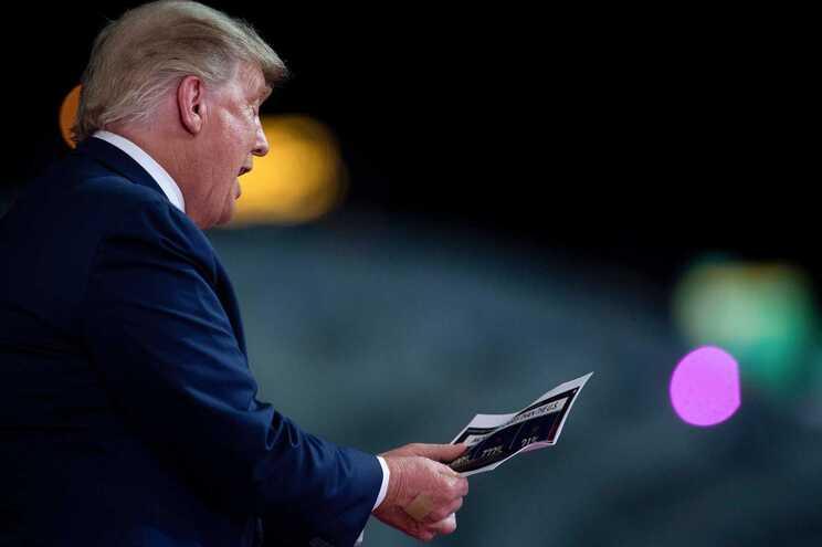 """Trump admite dívidas de 400 milhões. Nenhuma a """"tipos sinistros"""""""