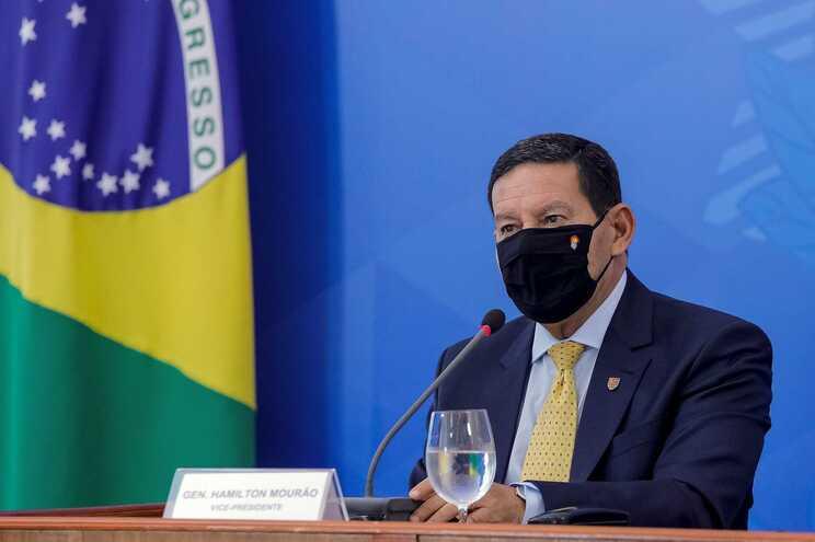 Vice de Bolsonaro contraria-o e diz que Brasil poderá comprar vacina chinesa