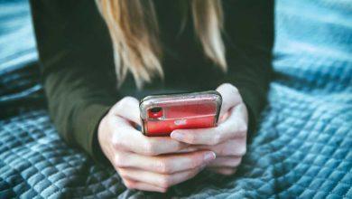 """Qual recorte você quer dar (un)follow? Dia desses, conversando com uma amiga, tecemos considerações interessantes sobre um fenômeno que ocorre nas redes sociais: o mundo dos influencers, youtubers e seus seguidores. Falamos de como algumas mulheres se colocam nas redes como desconstruídas, feministas mas que, no seu mundo particular, vivem relacionamentos abusivos, tóxicos ou não mostram sororidade. Feminismo de """"gogó"""", já ouviu falar? E de alguns homens que levantam a bandeira de que a mulher precisa estar em pé de igualdade com o homem mas não lavam um copo dentro de casa porque têm uma esposa que faz isso. Foi aí que surgiu uma comparação e uma dúvida: estamos vivendo um teatro ou a vida real? Para mim, esse tipo de pessoa se esconde num personagem, num modelo, tanto quanto a blogueira que só fala em corpo perfeito. Cansei de ver influencers no melhor estilo intelectual de ser, postando frase de Frida Kahlo, fundo musical de Chico Buarque, estante com livros de Bukowski, Chomsky ou Nietzsche (todos esses nomes com """"K"""" e """"H"""" no meio...). O que eu quero dizer é que a influencer fitness menosprezada ou considerada fútil porque fala de corpo, alimentação e contagem de calorias diárias, não está abaixo daquela que estampa a vida de intelectual desconstruída pois seu propósito, de uma e de outra, é o mesmo: aparência, estética. Uma, física. Outra, intelectual. Pra mim, só muda a customização, a roupagem. Se trata do mesmo pacote que ambas querem vender nas suas redes. Acabo sentindo falta de autenticidade. Tudo é tão recortado, tão exposto de forma tão cinematográfica que se torna cansativo. Estamos notando uma movimentação aqui e acolá de alguns perfis de pessoas que perceberam que, ser humano, ser autêntico, é muito mais """"cool"""" do que apenas desempenhar um papel. Até mesmo para obter um maior número de seguidores e engajamento. Mais cedo ou mais tarde essas pessoas que vivem de recortes acabam por mostrar quem são de verdade. Afinal de contas, ninguém consegue viver """