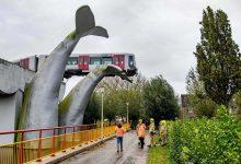Metro descarrila na Holanda e não cai de ponte devido a escultura de cauda de baleia